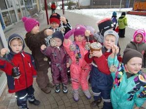 Kinder vor dem Aufbruch in den Winterwald